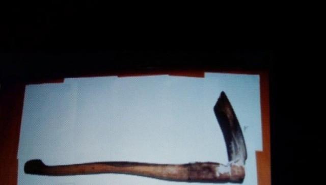 alat-bukti-cangkul-pada-kasus-pembunuhan-eno-parihah