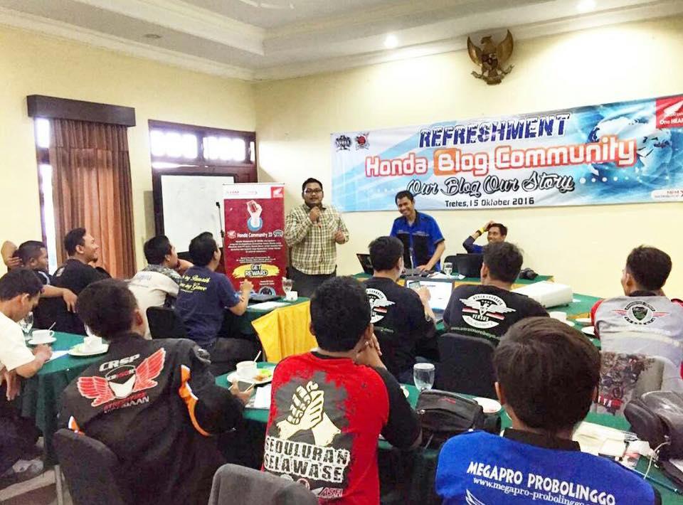 Berbagi pengalaman di acara Refresment Our Blog Our Story Honda Blogger Jatim dan Sosialisasi Honda Biker Day 2016