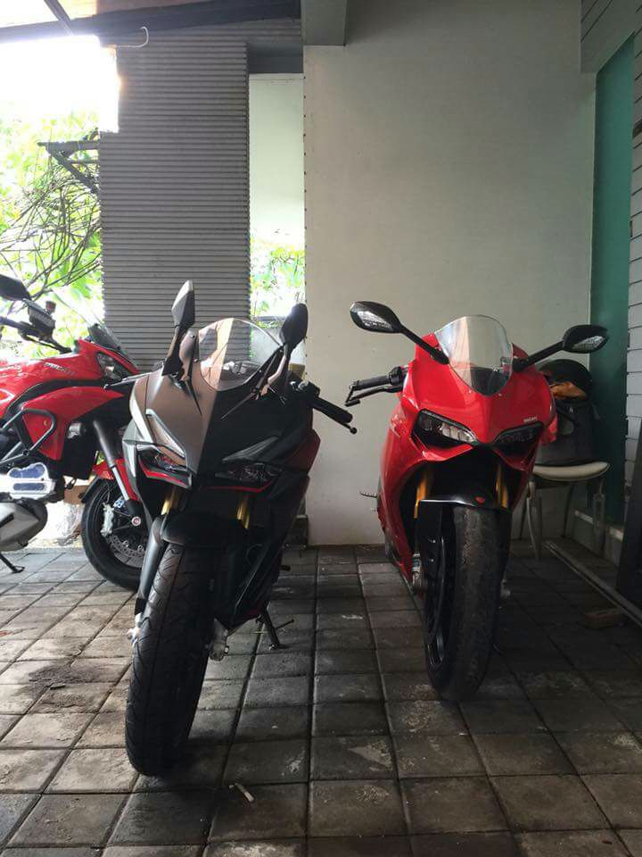 Honda CBR 250RR dan Ducati Panigale diparkir bareng, miripkah?