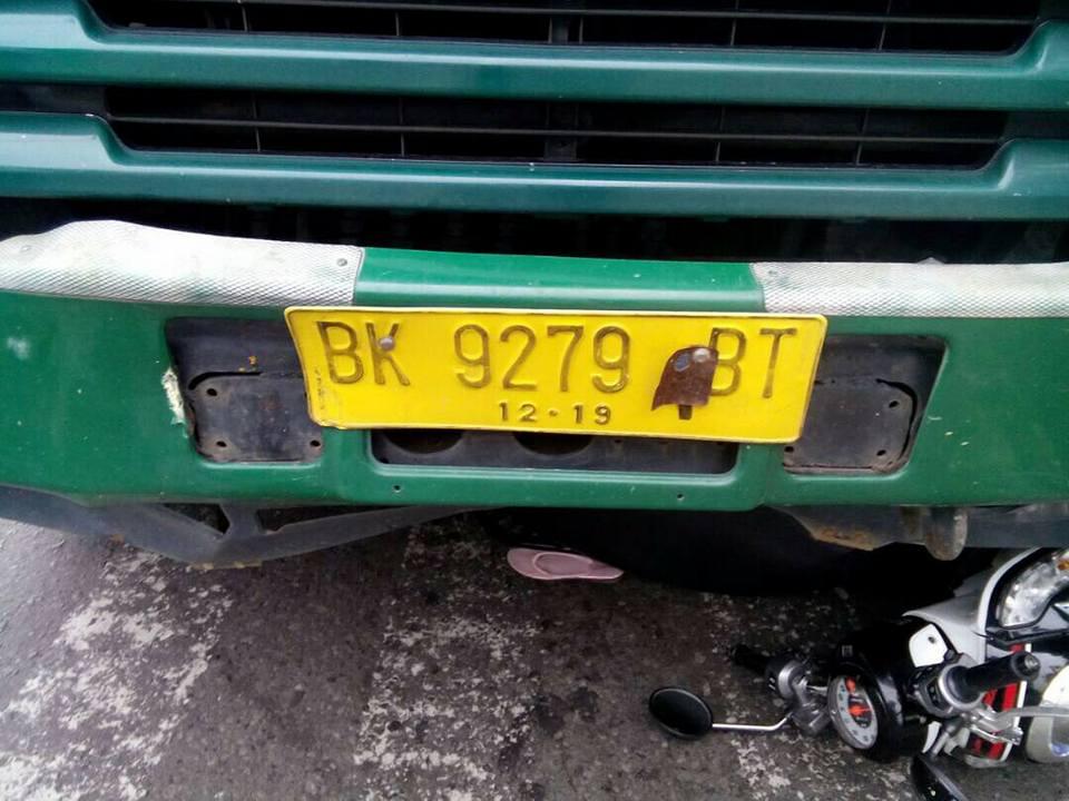 video-detik-detik-truk-bk-9279-bt-seruduk-lima-motor-1